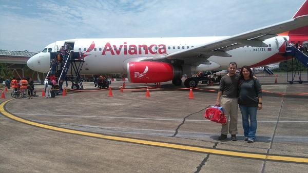 Isis et Moi sur le tarmac de l'aéroport de Puerto Maldonado