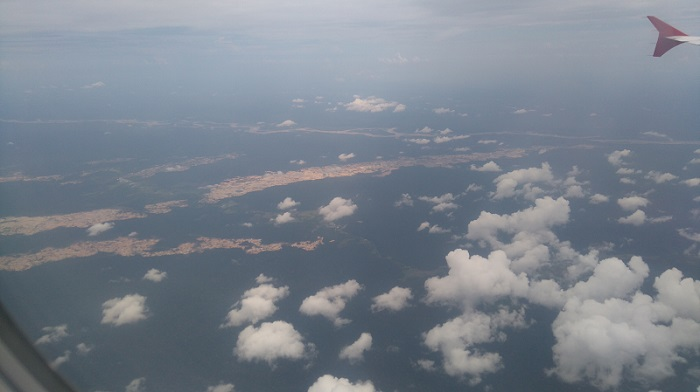 Les grandes tâches marrons sont le résultat d'une déforestation massive et non contrôlé par l'état.